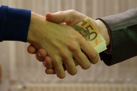 友人や身内や知り合いにお金を借りる